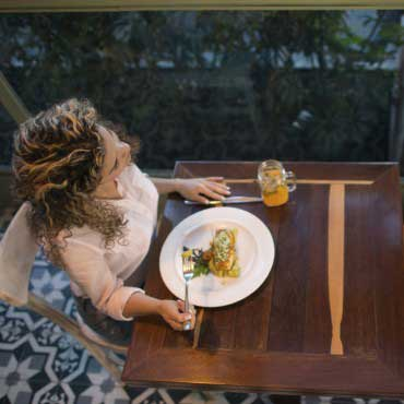 Manger seul au restaurant c'est tendance