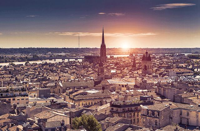Vue sur les toits de Bordeaux et l'église Saint Michel