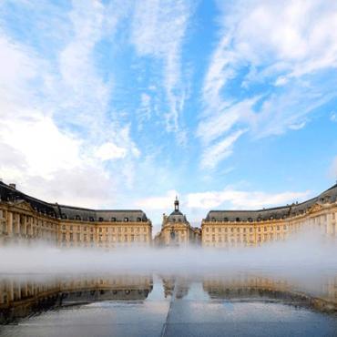Effet de brouillard sur le miroir d'eau de la Place de la Bourse de Bordeaux
